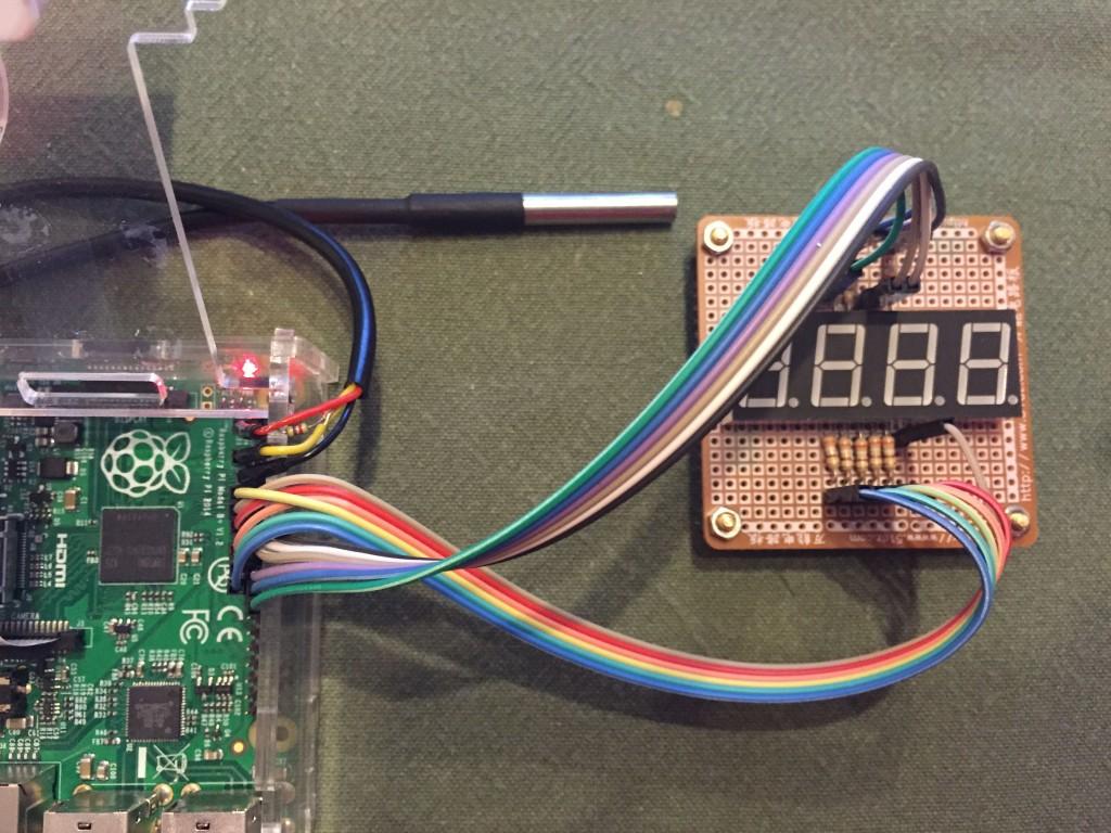 Display de 4 dígitos de 7 segmentos, conectado a la Raspberry Pi junto con sensor DS18B20
